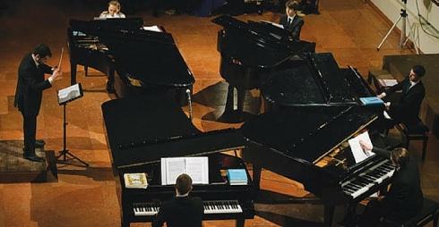 Concerto Accademia Solti per cinque pianoforti e sei voci
