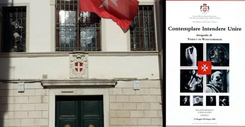 Facciata Palazzo Malta e locandina mostra Contemplare intendere unire