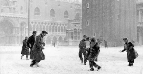 Giorgio Giacobbi, Palle di neve a San Marco, 1954 Modern Print © Courtesy Archivio storico Circolo fotografico La Gondola - Venezia