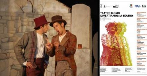 Attori in scena e locandina della rassegna teatrale